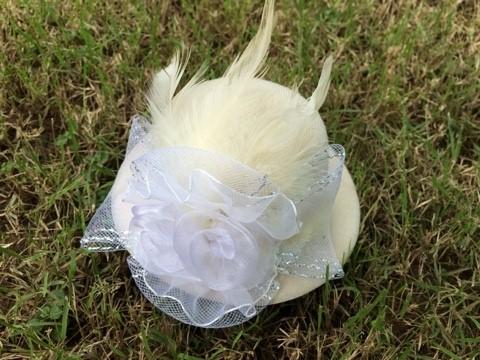 ++พร้อมส่ง++กิ๊บหมวกสีครีมติดดอกไม้สวยสุดอลังการ น่ารัก สง่างาม