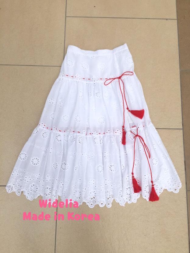 widelia Daisy Sunshine Skirt Sretsis กระโปรงเอวสูงสีขาวทรงเอ เนื้อผ้าเป็นผ้าฉลุลายดอกไม้ทั่วทั้งตัว ช่วงตัวกระโปรง รอยเชือกภู่สีแดงสดตัดกับตัวกระโปรง ลุคหวาน ฝุดๆ แมชง่าย ได้กับท่อนบนของคอลนี้เลยจร้า เหมาะมากสำหรับใส่รับหน้าร้อนนี้ เก๋ๆชิคๆกันไป สวยจบ Mus