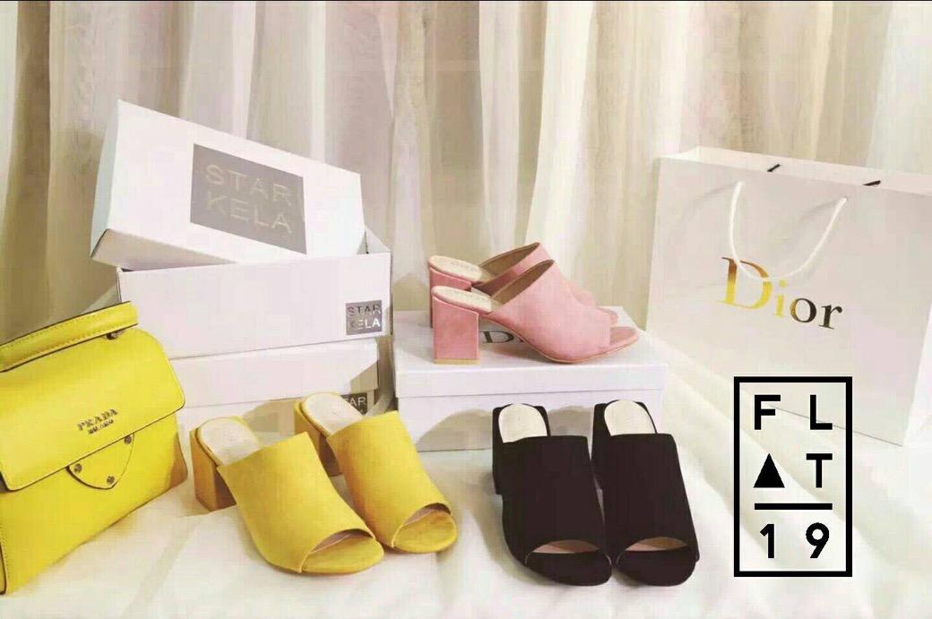 Star KeLa Shoes  รองเท้าส้นหนา ผลิตจากหนังกลับ เป็นแบบเปิดหัวและท้าย ตรงส้นดีไซส์เกร๋ เป็นส้นทรงเหลี่ยม งานเกาหลี คุณภาพเริ่ด พื้นเป็นพื้นอย่างดี ใส่สบาย กระชับ มาพร้อมกล่องแบรนด์