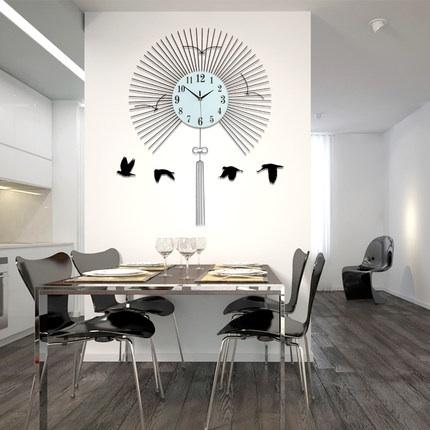 นาฬิกาติดผนังขนาดใหญ่ สไตล์โมเดิร์นรูปทรงพัดสวยหรู ช่วยให้บ้านดูโด่ดเด่นขึ้นมาทันที