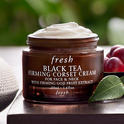 **พร้อมส่ง**Fresh Black Tea Firming Corset Cream 50 ml. ครีมบำรุงผิวหน้าและลำคอให้คงความเนียนนุ่มชุ่มชื่น กระชับ ไร้ริ้วรอยแห่งวัย  ด้วยส่วนผสมของชาดำเข้มข้น ที่อุดมด้วยสารต้านอนุมูลอิสระ พร้อมด้วยโกจิเบอรี่  ที่ช่วยกระตุ้นการผลิตคอลลาเจนและอีลาสติน