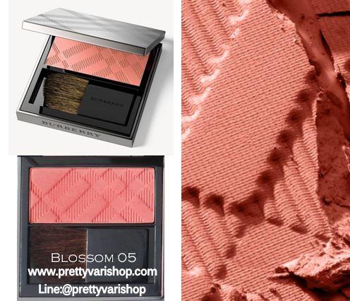 *พร้อมส่ง*Burberry Light Glow Natural Blush 7g. No.05 Blossom Blush บรัชปัดแก้มโทนสีส้ม สีสันสดใสบางเบาดูเป็นธรรมชาติ มอบสัมผัสอันนุ่มเนียนดุจใยไหมคลี่คลุมบรรจงแต่งแต้มสีสันลงบนพวงแก้มอย่างนุ่มนวลบางเบา รู้สึกได้ถึงความหอมของกลิ่นบลัชออนเมื่อได้สัมผัส