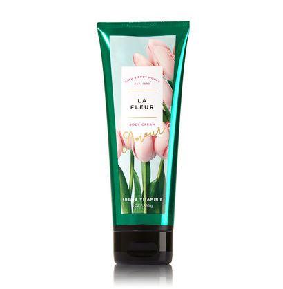 **พร้อมส่ง**Bath & Body Works La Fleur Shea & Vitamin E Body Cream 226g. ครีมบำรุงผิวสุดเข้มข้น มีกลิ่นหอมติดทนนาน ด้วยกลิ่นหอมของหมู่มวลดอกไม้ที่หอมอบอวลด้วยกลิ่นของทิวลิปฝรั่งเศส ลิลลี่ ฟรีเซีย หอมน่ารักอ่อนหวานค่ะ
