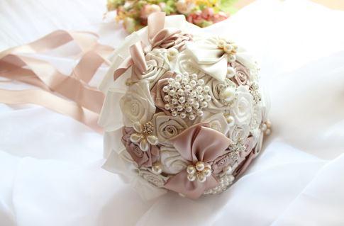 ช่อดอกไม้เจ้าสาว ช่อดอกไม้งานแต่งงาน ดอกไม้งานผ้าอย่างดีประดับจัดช่อตกแต่งสวยงาม ทรงกลมสีตามรูป