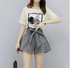 เสื้อคอกลม แขนสั้น มีสี ขาว + กางเกงขาสั้น เอวยางยืด มีสี ดำ มีไซส์ S/M/L/XL