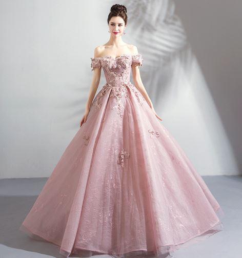 เสื้อผ้าแฟชั่น เสื้อผ้าผู้หญิง ชุดราตรียาวเปิดไหล่สีชมพูระบายยาวสวยหวานหรูหรา