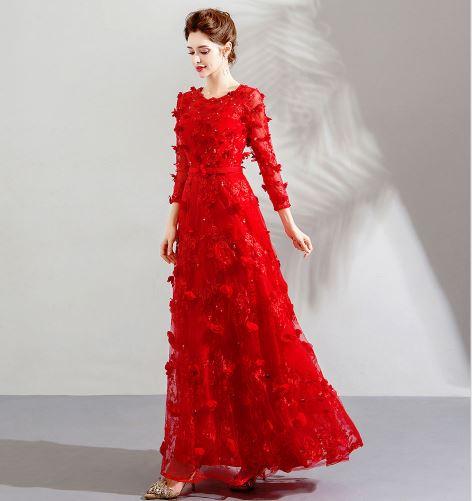 เสื้อผ้าแฟชั่น เสื้อผ้าผู้หญิง ชุดราตรียาวสีแดงแขนยาวประดับกลีบดอกไม้