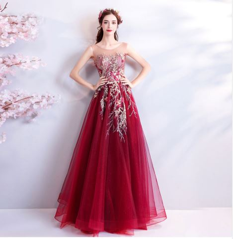 เสื้อผ้าแฟชั่น เสื้อผ้าผู้หญิง ชุดราตรียาวสีแดงตามรูป