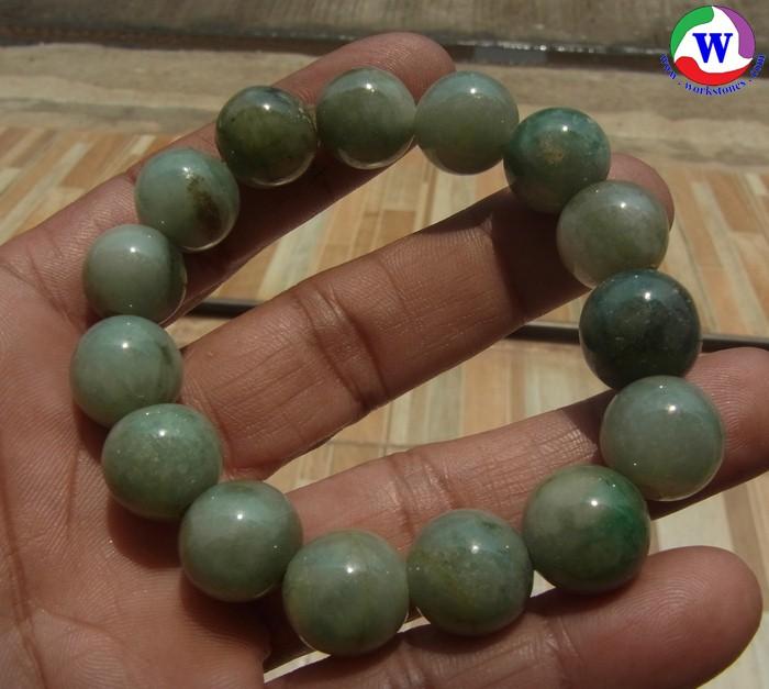 สร้อยข้อมือ เม็ดหยกสีเขียวลายหิน 14 มม.เส้นผ่าวงใน 53 มม. ร้อยด้วยเอ็นยืด