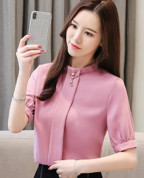 พรีออเดอร์ เสื้อแฟชั่น แขนสั้น แต่งเข็มกลัดที่คอ คอสูง เสื้อสวย ๆ สไตลเกาหลี ใส่ทำงานได้ สี ชมพูกะปิ