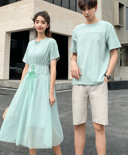 พรีออเดอร์ เสื้อคู่รัก ชาย หญิง  คอกลม สี ฟ้า หญิงเป็นเดรสผ้ายืด แต่งโบว์ด้านหน้า แขนสั้น ใส่สบาย สี เขียวอ่อน