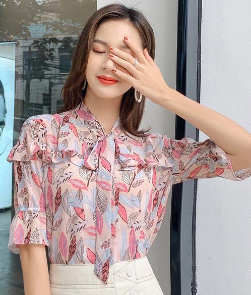 พรีออเดอร์ เสื้อแฟชั่น แขนสั้นสไตลเกาหลีสวย ๆ โบว์เพิ่มความเก๋ด้านหน้า ชีฟองเนื้อดีงานหรูมาก สีชมพู ลายกราฟฟิก