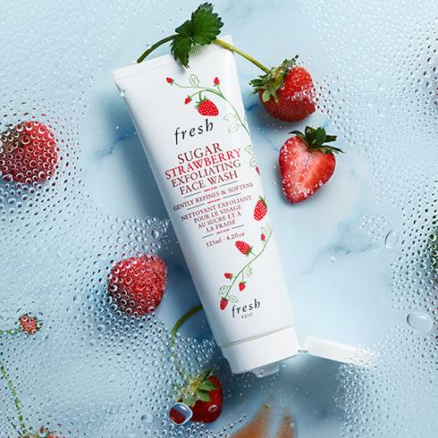 **พร้อมส่ง**Fresh Sugar Strawberry Exfoliating Face Wash 125 ml. คลีนเซอร์ล้างหน้าผสานส่วนผสมของสตรอว์เบอร์รี่ที่ช่วยผลัดเซลล์ผิวอย่างอ่อนโยน ขจัดน้ำมันส่วนเกิน และทำให้รูขุมขนแลดูเล็กลง ผิวของคุณจึงสะอาด เนียนนุ่ม สุขภาพดี