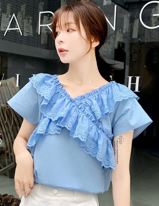พรีออเดอร์ เสื้อผ้าแฟชั่น แขนสั้น ผ้าฝ้ายบาง แต่งฉะลุที่อก เสื้อเปิดไหล่ แฟชั่นเกาหลีสวย ๆ สี ฟ้า