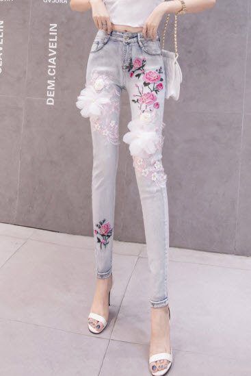 พรีออเดอร์ กางเกงขายาว ทรงสกินนี่ เสื้อผ้าแฟชั่น แต่งดอกไม้สีชมพู ด้านหน้า สไตลเกาหลี สี ยีนส์อ่อน