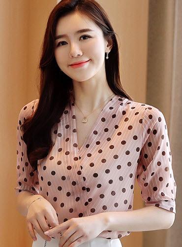 พรีออเดอร์ เสื้อแฟชั่น แขนสั้น ลายจุด คอวี คอไขว้ เสื้อผ้าผู้หญิง ชุดทำงานเกาหลี เรียบหรู ดูดี เสื้อชีฟอง สี โอรส