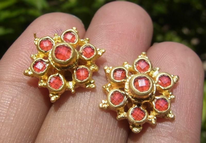 ต่างหูคู่ ทองเหลืองลายโบราณ  ยกดอก พลอยบุดน้ำเพชรสีแดง