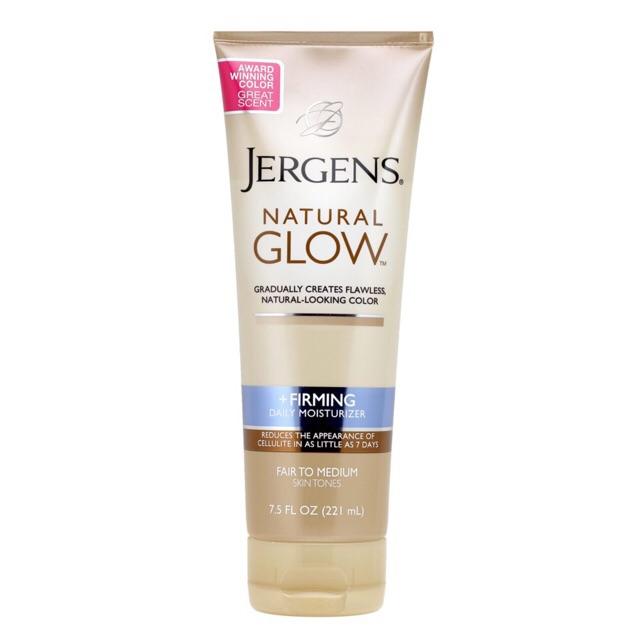 Jergens Natural Glow Daily Firming Self Tan Lotion Fair to Medium Skin 221 ml. โลชั่นที่ช่วยให้ผิวแทนอย่างเป็นธรรมชาติ เหมาะสำหรับผู้ที่มีผิวบอบบางและหมองคล้ำ เพิ่มความชุ่มชื้นให้ผิวดูกระชับและมีความยืดหยุ่นมากขึ้น จากการวิจัยพบว่า ช่วยลดรอยเซลลูไลท์ได้ภา