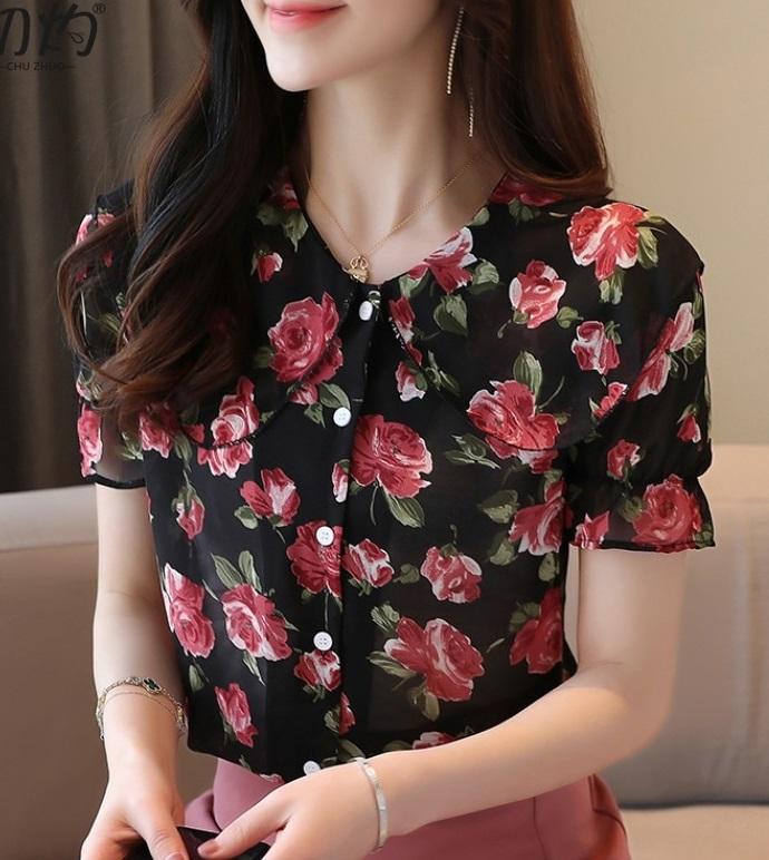 พรีออเดอร์ เสื้อแขนสั้น แฟชั่นเกาหลีสวย ๆ เสื้อผ้าแฟชั่น  แต่งกระดุมเม็ดใหญ่ ลายดอกไม้ คอปก สีดำแดง